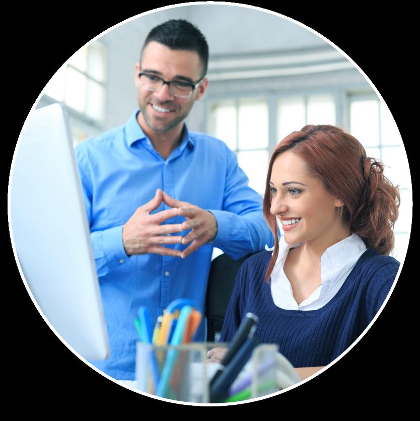 Glückliche Mitarbeiter eines Teams, das PROANDI benutzt, schauen gemeinsam auf einen Monitor.